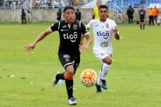 Jugador de Águila trata de dominar el balón ante la marca de jugador aliancista, en el clásico Centro-Oriente del fútbol nacional. Foto Diario Co Latino/ Jarvin Muñoz.