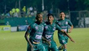 Jugadores de Sonsonete festejan uno de los goles que le endosaron a Dragón. Foto Diario Co Latino/Sonsonate