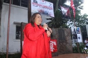 Nidia Díaz, dirigente del Partido FMLN, pronuncia el discurso en el marco del 50 aniversario de la caída del guerrillero heroico y el día del internacionalista comandante Che Guevara. Foto Diario Co Latino/Ricardo Chicas Segura.