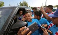 Jugadores de la selección de fútbol del IMDER se sacan una selfie con Yannick Ferreira Carrasco, del Atlético de Madrid. Foto Diario Co Latino/Cortesía IMDER