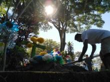 Un habitante de San Antonio Abad, en San Salvador, limpia la tumba de un familiar en el cementerio municipal, durante el Día de los Difuntos. Foto Diario Co Latino/Patricia Meza.