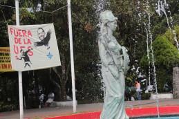 Las pancartas son colocadas en las entradas del alma mater. Foto Diario Co Latino/ David Martínez.