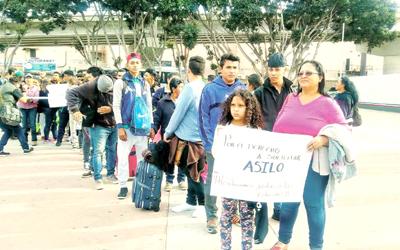 Migrantes centroamericanos piden asilo a Estados Unidos en frontera con México