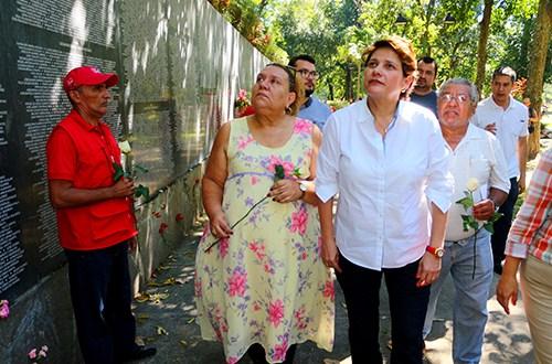 Jackeline Rivera honra la memoria de líderes históricos y víctimas
