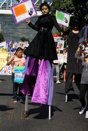 En la marcha, malabaristas y otras expresiones artísticas engalanaron la marcha. Foto Diario Co Latino/ Ludwin Vanegas.