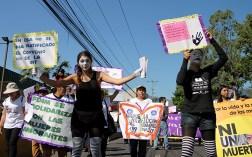 Las mujeres organizadas exigieron protección de derechos fundamentales. Foto Diario Co Latino/ Ludwin Vanegas.