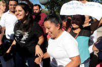 Miembros de organizaciones sociales feministas reciben a Teodora Vásquez en las afueras de cárcel de mujeres. Foto Diario Co Latino/ David Martínez.