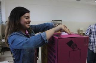 El voto joven se hizo presente a los centros de votación. Foto Diario Co Latino/ Ludwin Vanegas.
