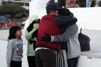 Un hombre se despide de sus familiares para partir hacia los Estados Unidos. Foto Diario Co Latino/ David Martínez