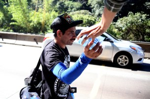 Personas altruistas dieron agua y algunas provisiones a los migrantes. Foto Diario Co Latino/ David Martínez.
