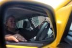La taxista Roxana Rodas trabaja de domingo a domingo, su jornada a veces le exige empezar desde la madrugada y, en ocasiones, terminar la carrera hasta tarde. Foto Diario Co Latino/ Ludwin Vanegas