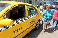 En ocasiones hay personas que vuelven a ver por curiosidad a Roxana Rodas por dedicarse al trabajjo de taxista. Foto Diario Co Latino/Ludwin Vanegas