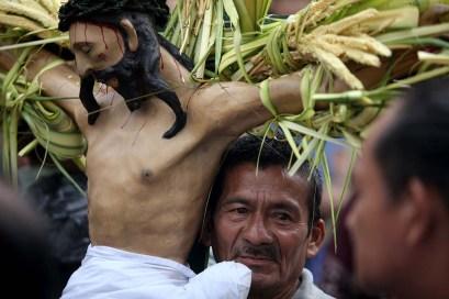 """La comunidad Indígena de Izalco recorrió las principales calles del municipio en la """"Procesión de Los Cristos!. Foto Diario Co Latino/ David Martínez."""