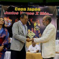 El embajador de Japón en el El Salvador, Kazuyoshi Higuchi, recibe un reconocimiento de Francisco Valencia, director de Diario Co Latino. Foto Diario Co Latino/Ludwin Vanegas.