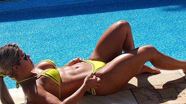 Cristianne Rodriguez ostenta corpão à beira da piscina