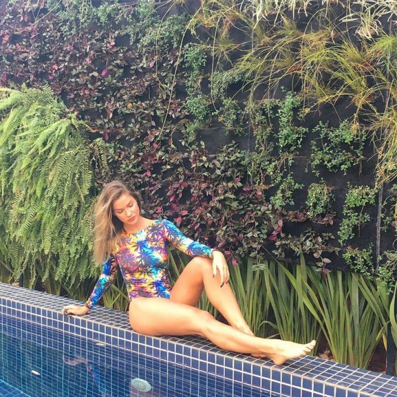 Andressa Suita posa de maiô e deixa as pernas à mostra em foto
