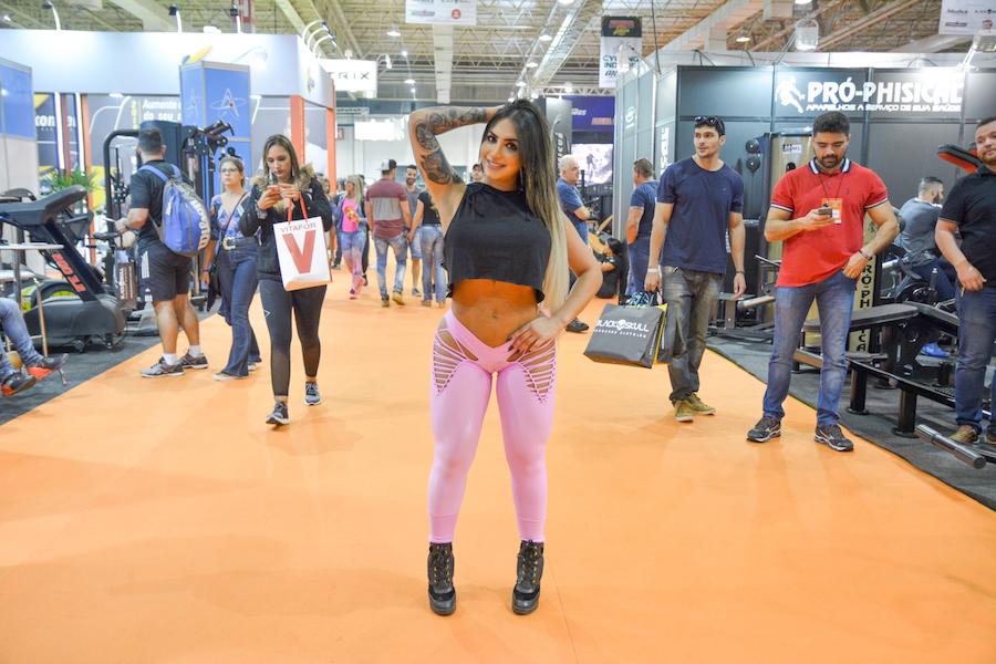 Nat Tanajura atrai olhares para o bumbum de 112 cm em feira fitness