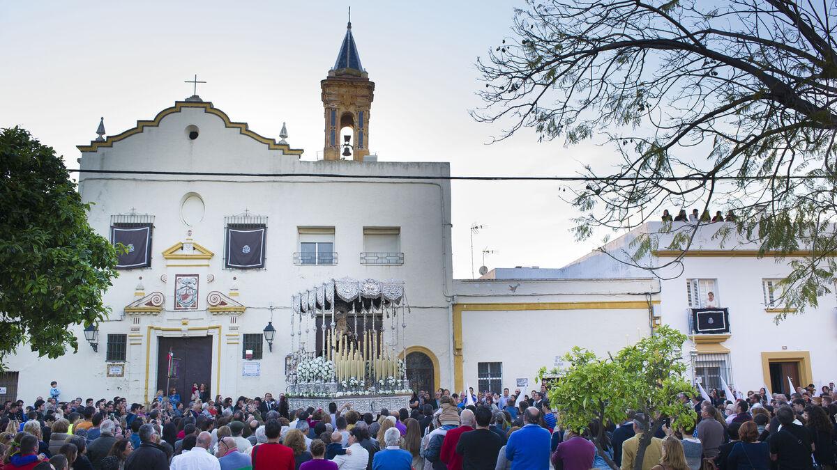 Paso de palio de la Virgen de la Soledad ante la Victoria, de Puerto Real.