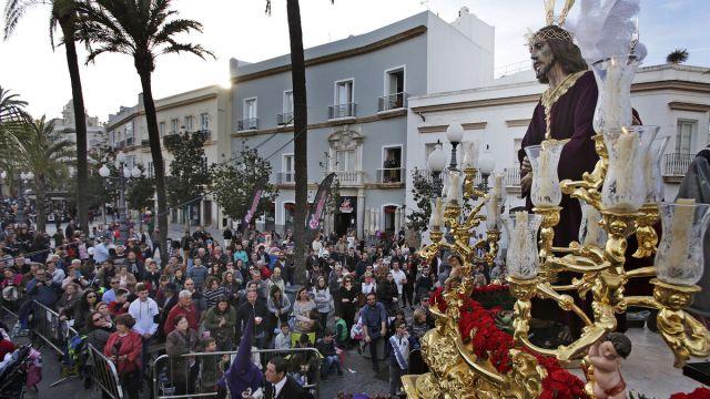 El paso de Jesús de la Sentencia, por una plaza de San Juan de Dios aún sin sillas.