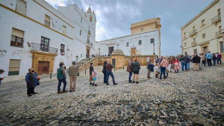 La cola para entrar en la iglesia de Santa Cruz recorría buena parte del barrio del Pópulo.