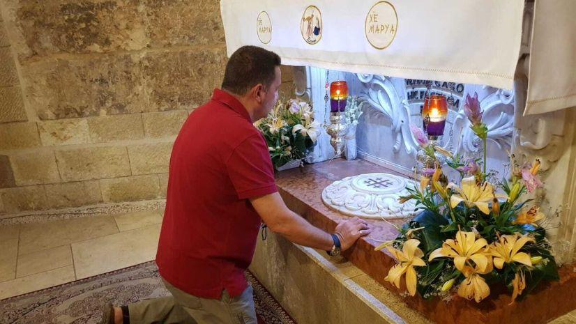 Juan Laluz deposita los nardos del paso de la Patrona a los pies del altar de la gruta de la Anunciación, en Nazaret.