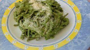 Espaguetis con salsa de aguacate y nueces