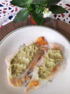 Merluza con pesto de aguacate y nueces