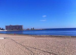 Primer día de playas abiertas en Torrevieja para pasear, hacer deporte y desarrollar actividades acuáticas