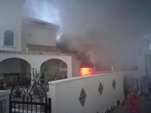 Extinguen un aparatoso incendio en un garaje de Pinar de Campoverde