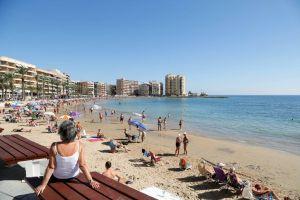 Torrevieja parcelará sus playas para separar a los bañistas y contratará a 152 personas para su control