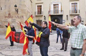 La Falange entona el 'Cara al Sol' y hace saludo fascista en Callosa de Segura para defender la Cruz de los Caídos