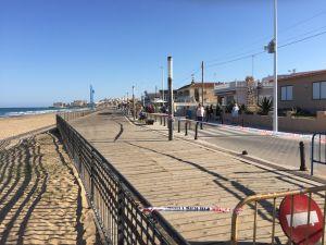 La Guardia Civil rescata a dos bañistas en la Playa de La Mata en Torrevieja