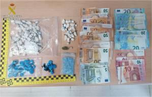 La Guardia Civil detiene a dos personas mientras vendían droga en el parking de un local de ocio de Almoradí