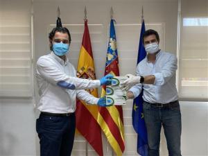 El Ayuntamiento de Torrevieja reparte desde hoy 1.500 mascarillas a los usuarios del transporte público