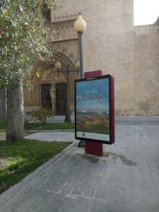 Orihuela mejora la señalética turística y promociona su imagen de destino en el mobiliario urbano