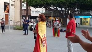 Una treintena de vecinos de Almoradí protestan contra el Gobierno de Sánchez