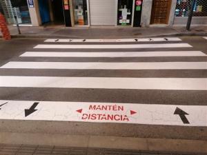 Torrevieja repinta los pasos de cebra para recordar que hay mantener la distancia social
