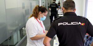 El Hospital del Vinalopó realiza test de coronavirus a la Policía Nacional de Orihuela
