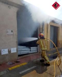 El incendio en el patio de una nave obliga a desalojar cuatro viviendas en San Fulgencio