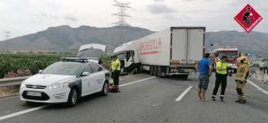 Un accidente de un camión frigorífico bloquea el tráfico en la AP-7 a la altura de Redován