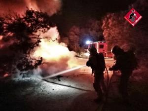 Los bomberos sofocan de madrugada un incendio en una pinada de San Fulgencio