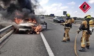 Los bomberos extinguen el incendio de un coche en la AP-7, a la altura de Algorfa