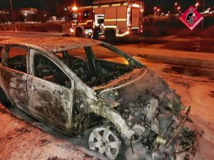 Se incendia un vehículo durante la madrugada en Orihuela Costa
