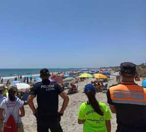 La Policía Local cierra accesos a la playa de las Higuericas por no respetar el aforo