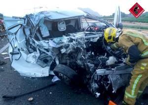 Herido un joven de 30 años tras colisionar una furgoneta y un camión en Orihuela