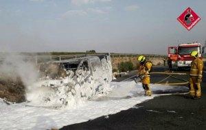Se incendia una furgoneta con material peligroso, en la CV-905 km 1, en Rojales