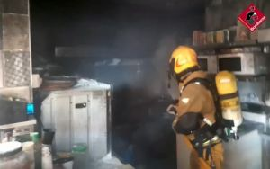 Los bomberos sofocan el incendio en la cocina de un restaurante de Guardamar