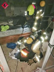 Los bomberos sofocan el incendio de una vivienda ocupada por un hombre con síndrome de diógenes