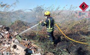 Los bomberos sofocan un incendio en un campo de cultivo de Catral