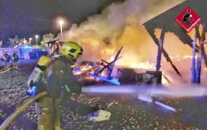Sofocan un incendio en la parte trasera del Polideportivo de Pilar de la Horadada